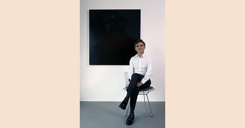 """Antonio Coppola davanti ad un dipinto di Giuliano Sale, """"The Big Black"""", 2015, olio su tela, Foto credit Roberto Manzotti"""