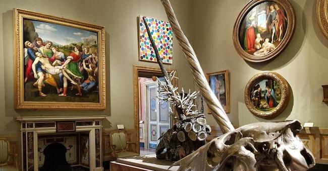 Teste di unicorno (argento, bronzo e citrino, 2010) e Pala Baglioni di Raffaello Sanzio. ARCHEOLOGY NOW di Damien Hirst. Galleria Borghese-Roma (Ph.LTraversi)