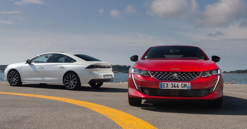 L'ammiraglia Peugeot esibisce linee   quasi  da coupé. La wagon, qui a destra, aggiunge praticità ed è poco più lunga della berlina