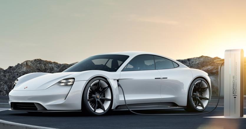 Porsche festeggia l'anniversario svelando Taycan, la sua prima elettrica nota finora come concept Mission E