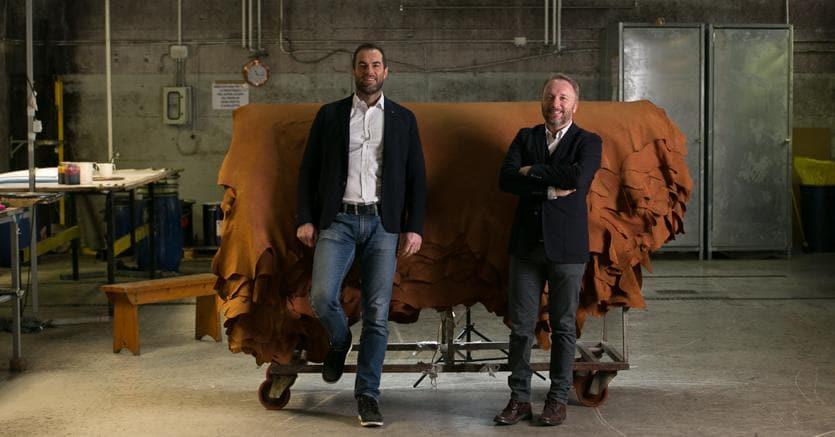 Andrea Fabris (a destra) è uno dei fondatori di Lapelle, società specializzata nella produzione di pelli per arredo - sedie, divani e poltrone - e per il settore moda. Insieme al socio Alessandro Trinca (sinistra) ha lavorato per anni come rappresentante e agente di commercio nel settore delle pelli