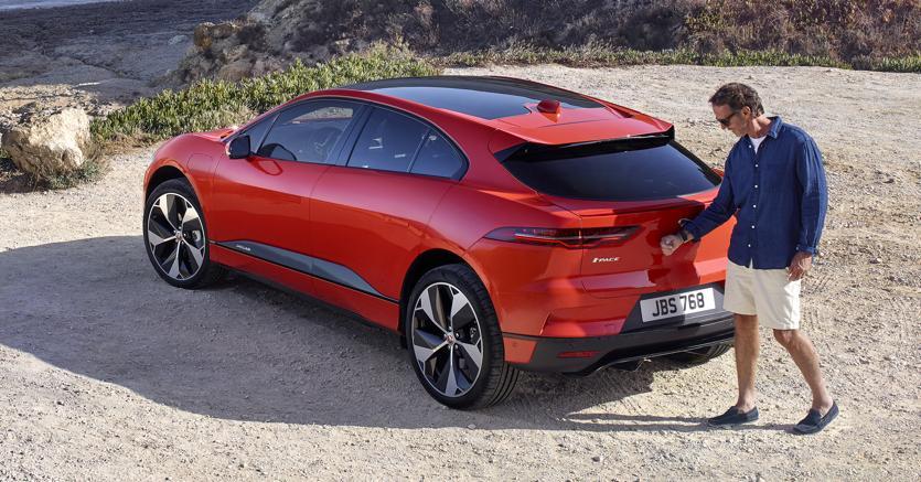 Jaguar I-Pace.  ll crossover  elettrico inglese (da 80mila euro) monta una batteria da  90 kWh che promette quasi 500 km di autonomia