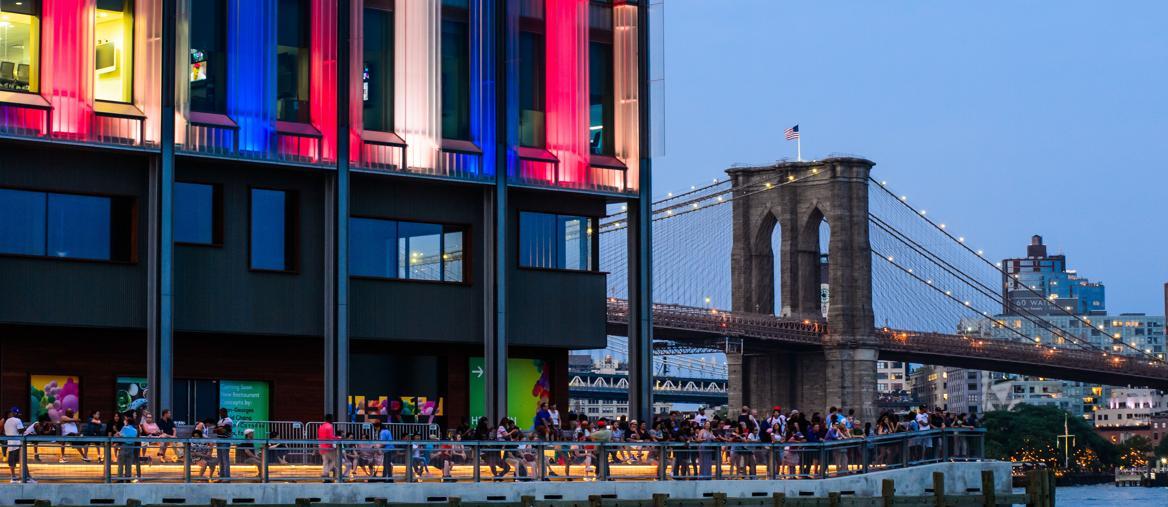 Vista del Pier 17 nel Seaport District, un'area ricca di spazi per eventi e  con vista sul Ponte di Brooklyn