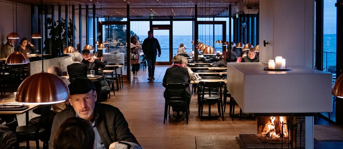 La cafeteria del Louisiana Museum of Modern Art, con vista sul mare