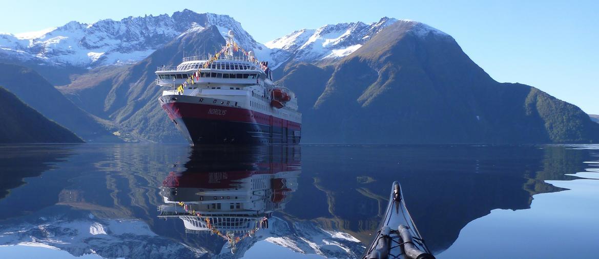 Una Hurtigruten nell'Hjørundfjorden (foto Tomasz Furmanek/Visitnorway.com)