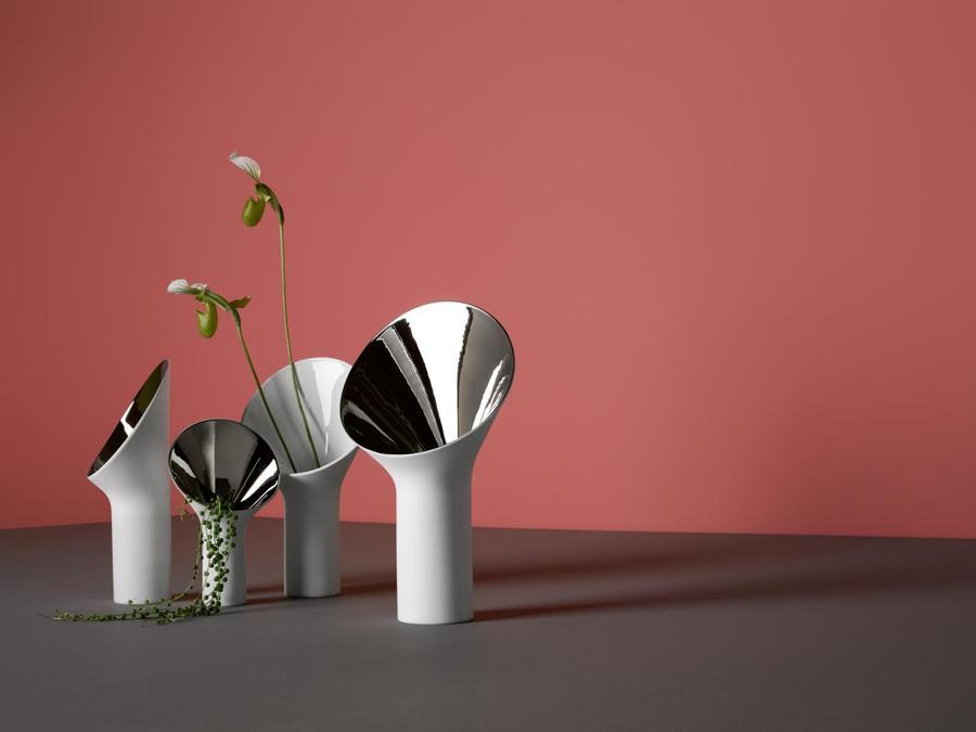 Rosenthal, vasi Fondale, design Office for Product Design; in porcellana, con collo a cono rovesciato, dalla superficie interna lucida, in platino, oro, bianco o nero.