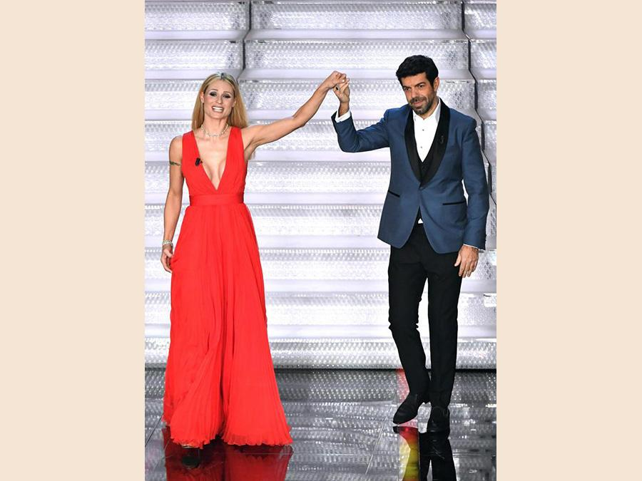 Michelle Hunziker con Pierfrancesco Favino in Salvatore Ferragamo