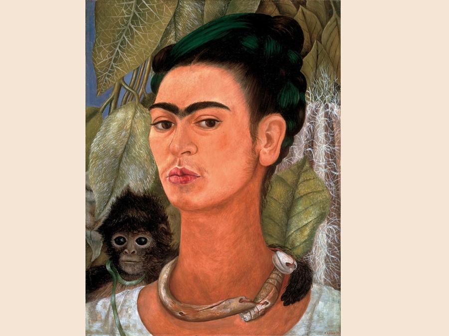 Autoritratto con scimmia,  1938, olio su masonite (© Photo Tom Loonan, © Banco de México Diego Rivera Frida Kahlo Museums Trust, Mexico, D.F. by SIAE 2018)