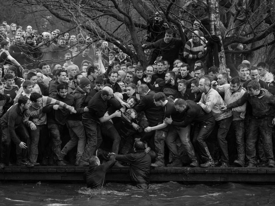 Oliver Scarff per la foto delle due squadre della gara storica che si disputa ogni anno, il  Royal Shrovetide Football Match ad Ashbourne, Derbyshire, Gra Bretagna 28 febbraio 2017. EPA/OLIVER SCARFF / AFP