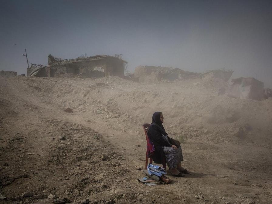 Fotografo Ivor Prickett, categoria 'General News - Stories'.  Nadhira Aziz guarda la devastazione a Mosul, Iraq, dopo un raid in cui ha perso sorella e nipote. Mosul, Iraq, 16 settembre 2017. La battaglia per Mosul fra Isis e esercito iracheno ha fatto 9.000 vittime civili  EPA/IVOR PRICKETT / NEW YORK TIMES