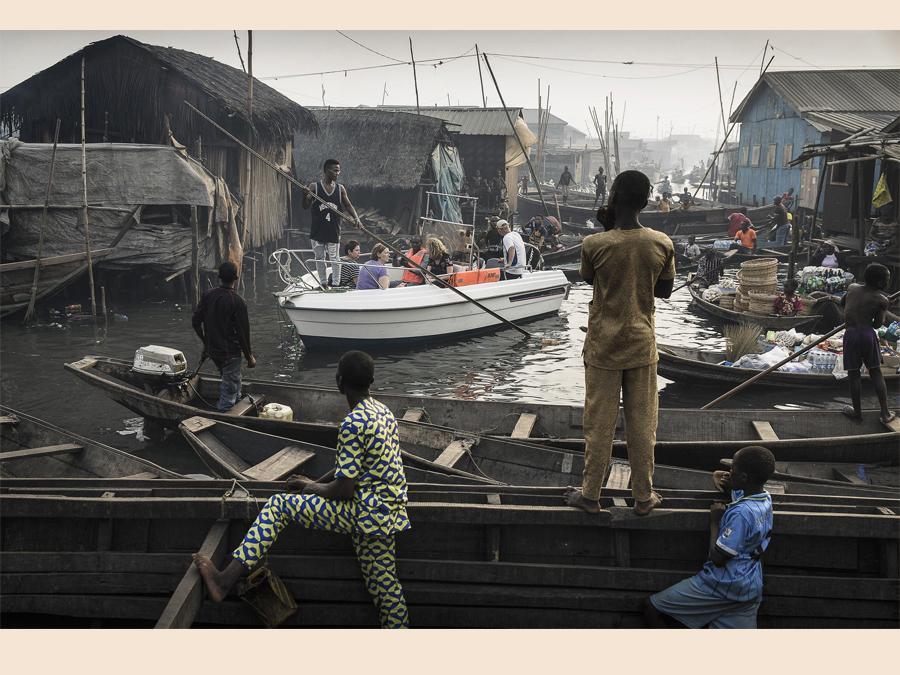 Fotografo Jesco Denzel, categoria  'Contemporary Issues - Singles'. barca di turisti in un villaggio di pescatori,  Lagos, Nigeria, 24 febbraio 2017. EPA/JESCO DENZEL