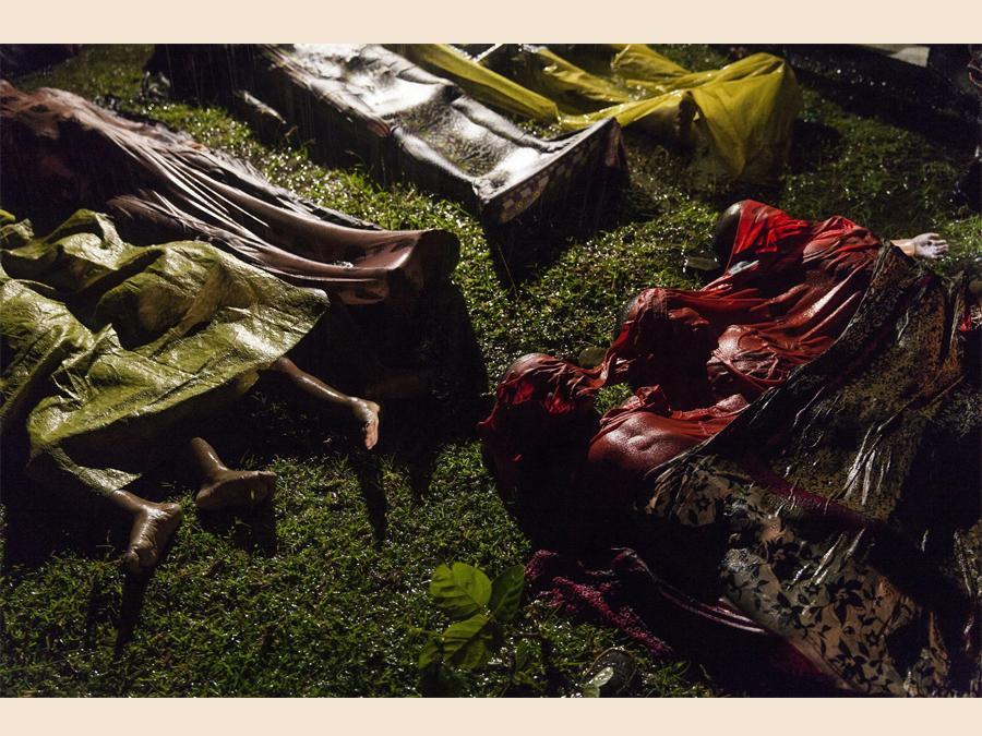 Il fotografo è Brown, primo premio categoria General News, per la foto dei corpi dei  Rohingya, profughi in cerca di salvezza dalle persecuzioni in Myanmar morti su una imbarcazione  a otto chilometri da Inani Beach,  Bangladesh, 28 settembre 2017. Solo 17 sopravvissuti EPA/PATRICK BROWN / PANOS PICTURES