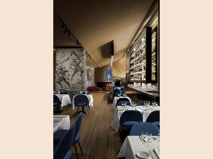"""Da sinistra a destra: Lucio Fontana, """"Pilastro"""", 1957, ceramica smaltata policroma. Lucio Fontana, """"Testa di medusa"""", 1948, mosaico a pasta di vetro e cemento. Lucio Fontana, Cappa per caminetto, 1949, ceramica smaltata policroma. Courtesy: Fondazione Prada"""