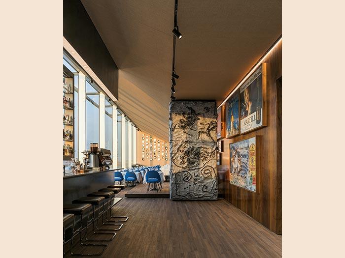 "Da sinistra a destra: Jeff Koons, ""I Assume You Drink Martell"", 1986, inchiostri a olio su tela; Jeff Koons, ""I Could Go for Something Gordon's"", 1986, inchiostri a olio su tela; Jeff Koons, ""The Empire State of Scotch, Dewar's"", 1986, inchiostri a olio su tela; Lucio Fontana, Pilastro, 1957, ceramica smaltata policroma. Courtesy: Fondazione Prada"
