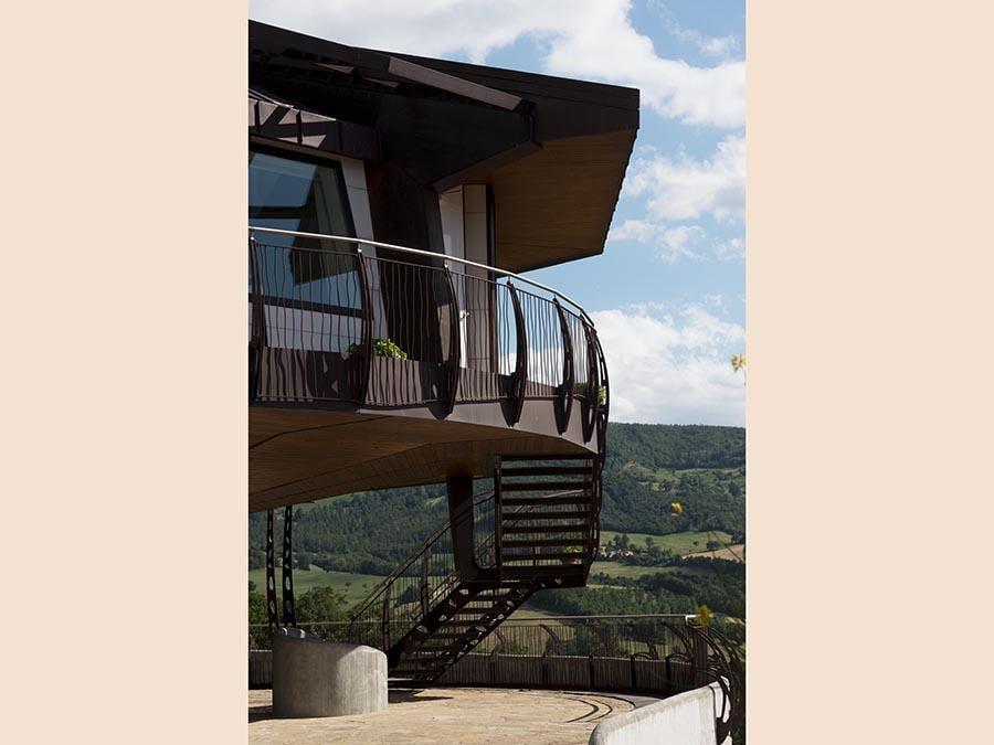 Il sogno di una abitazione che gira a 360 gradi a discrezione di chi vi abita, è una realtà. È stata costruita da ProTek a Pennabilli, in Valmarecchia. Si tratta di un edificio ottagonale di 110 mq, con 140 mq di terrazze e portici, unifamiliare, costruita e rivestita di materiali naturali. Poggia su un unico pilastro centrale del diametro di 2 metri e ruota attraverso un motorino interno. L'innovativa costruzione - quasi del tutto autosufficiente sotto l'aspetto energetico - è stata progettata dall'architetto Roberto Rossi dello studio di Novafeltria Roberto Rossi Architettura & Design.