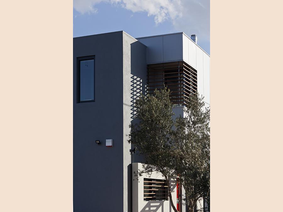 Lo studio GEM-Architects ha ideato una residenza a nella periferia di Atene, che richiama il carattere produttivo dell'area. L'edificio, costruito da Evel, è di due piani ed è il risultato dell'accostamento di diversi parallelepipedi con rivestimento metallico. La struttura portante è costituita da un telaio in acciaio, su cui è impostato un sistema di tamponature a secco. Grazie alla leggerezza, le fondazioni in calcestruzzo armato sono risultate di massa inferiore rispetto a quelle necessarie per un sistema costruttivo tradizionale. Il montaggio dell'intera struttura portante è avvenuto in una sola settimana. (fonte: Fondazione Promozione Acciaio).
