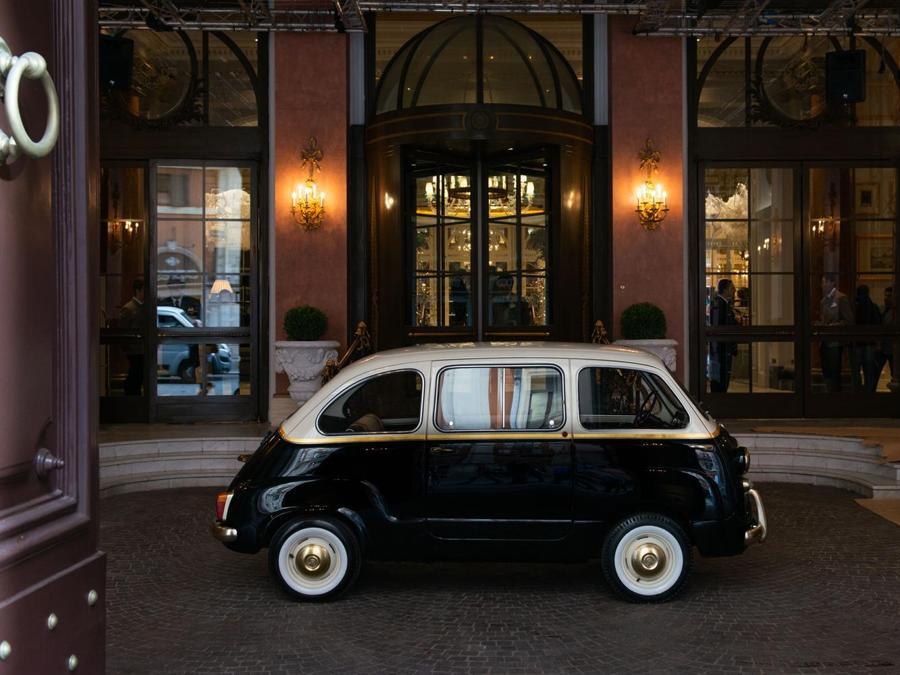 Una Fiat 600 Multipla del 1962 è parcheggiata davanti all'hotel ,a disposizione degli ospiti per girare Roma. Disegnata da Garage Italia, ha motore elettrico a zero emissioni