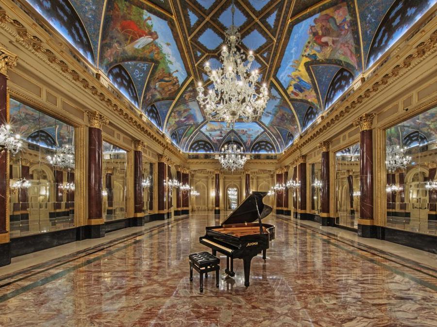 La Ritz Ballroom inaugurata nel 1894 e dedicata al famoso albergatore César Ritz, iniziale proprietario dell'hotel, fu la prima sala da ballo pubblica di Roma, progettata dall'architetto romano Giulio Podesti e affrescata con scene di vita rurale dal preraffaellita Mario Spinetti. I restauri hanno richiesto sei mesi di lavoro