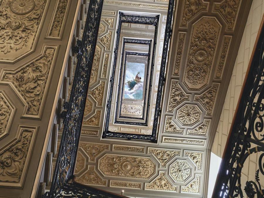 La scalinata storica che porta ai piani superiori e alle camere