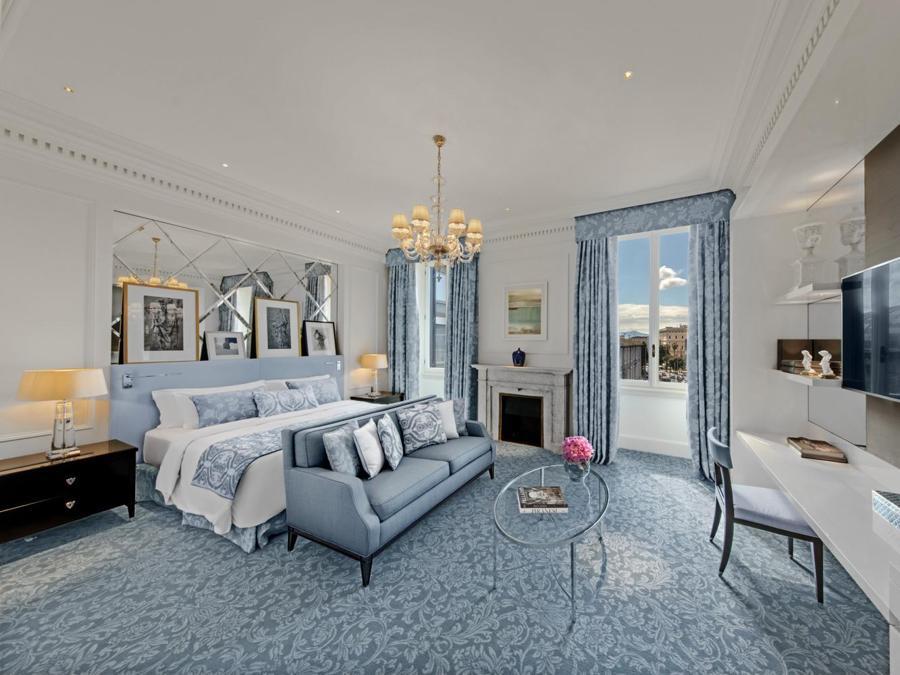 Le camere e suite si ispirano agli stili Impero, Regency e Luigi XV. Il designer PYR ha scelto tessuti, lenzuola e specchi cesellati a mano per creare spazi armoniosi, inondati di luce naturale di giorno e dalla calda illuminazione serale di lampadari veneziani restaurati