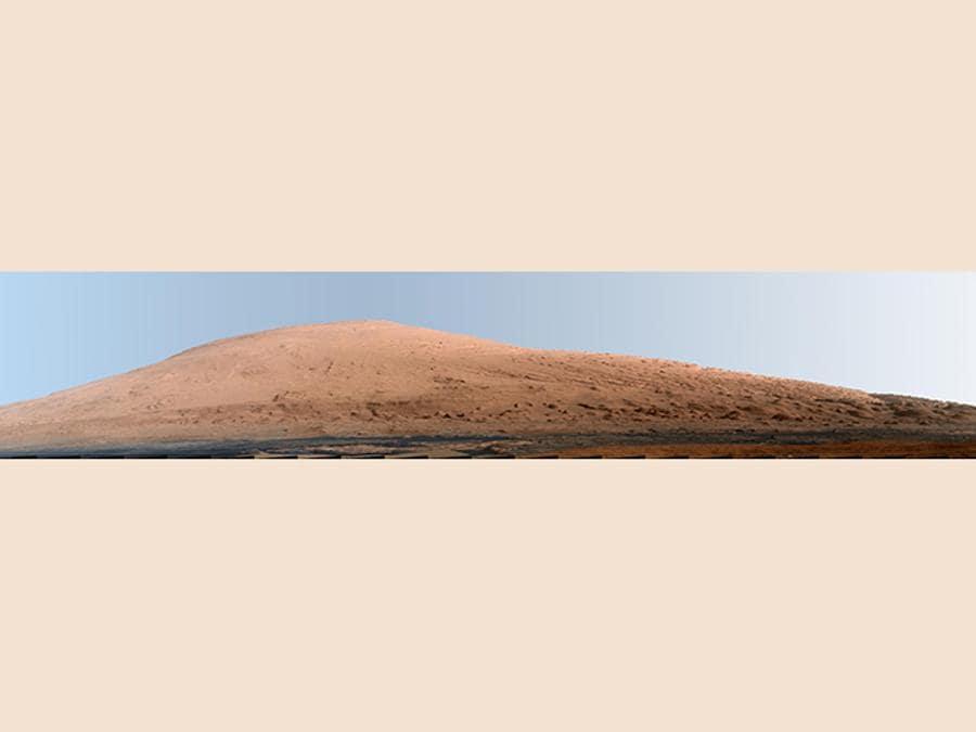 Questa immagine composita pubblicata dalla NASA mostra una vista panoramica del Monte Sharp, fatta da decine di foto del rover Curiosity della NASA. (NASA via AP)