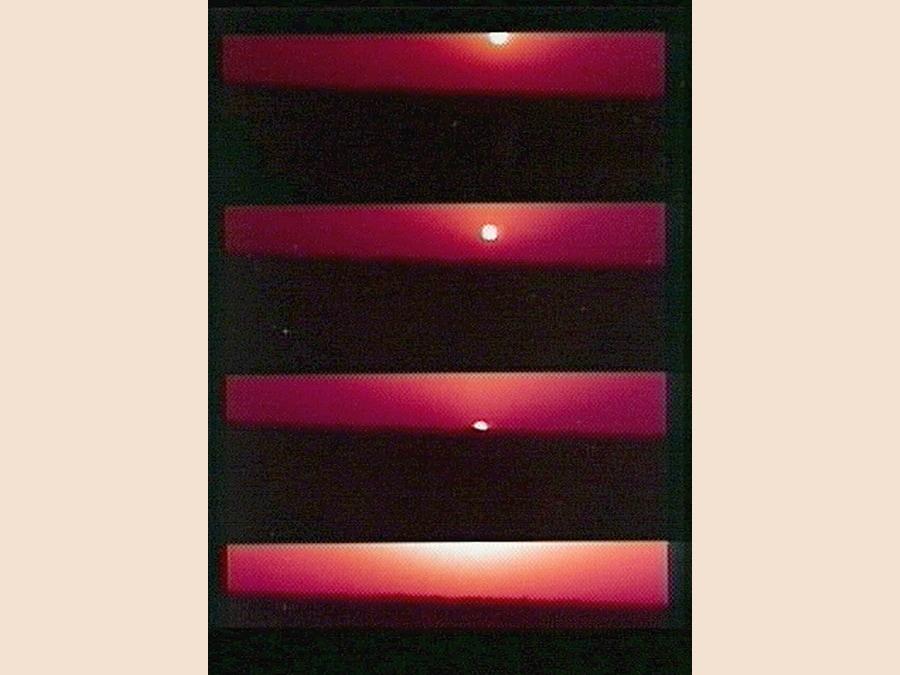 Questa combinazione di immagini potenziate a colori del 31 luglio 1997 messe a disposizione dalla NASA mostra l'alba sul pianeta Marte, ripresa da Mars Pathfinderr. (AP Photo/NASA TV)