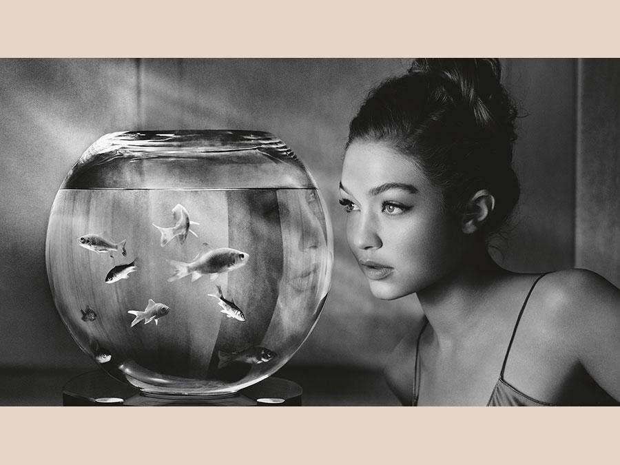 """La modella Gigi Hadid interpreta una donna separata da poco dal compagno, che vive in solitudine in una torre di vetro e ha nello stilista Alexander Wang l'unico amico e confidente: """"Penso ci sia un po' di malinconia in queste immagini - ha spiegato Watson -. Con il personaggio di Gigi Hadid volevo trasmettere la percezione di una donna che pensa al futuro, ma anche un senso di solitudine. La vediamo che pensa a dove andrà nella vita, a che cosa farà domani. Volevo che fosse molto più """"minimalista"""" delle altre donne che ho fotografato e dei loro ambienti""""."""
