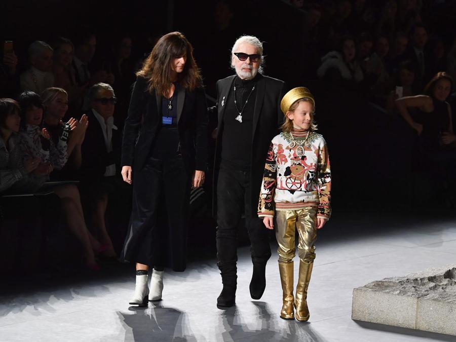 Karl Lagerfeld (al centro) al termine della sfilata. (Photo by Angela Weiss / AFP)