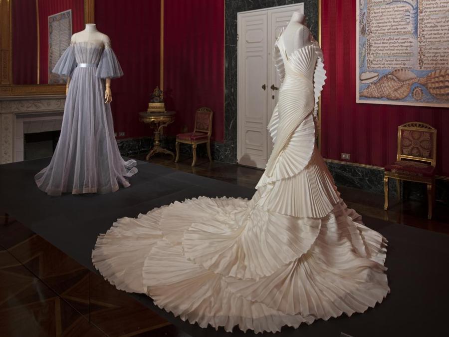 """Da sinistra: Yanina Couture, abito Ballet Collection, Spring/Summer 2016. Fausto Sarli, abito """"Lunar eclipse"""" Fall/Winter 2012-13 Alta Moda Roma. (© Antonio Quattrone)"""