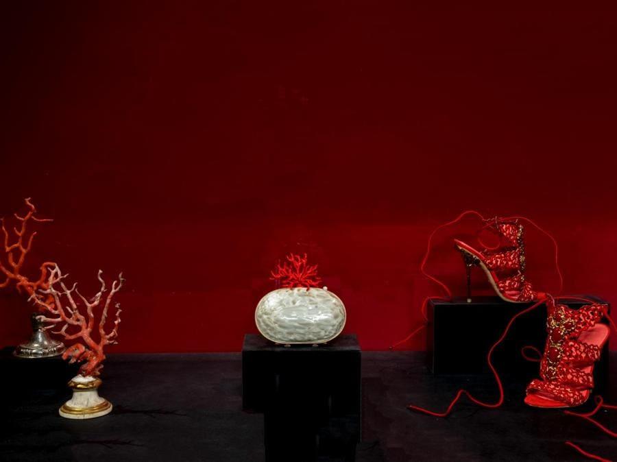 Da sinistra: rami di corallo, XVI secolo, Firenze, Gallerie degli Uffizi, Tesoro dei Granduchi. Valentino, clutch Fall/Winter 2013-14 Couture. Sergio Rossi, sandali Spring/Summer 2014. (© Antonio Quattrone)