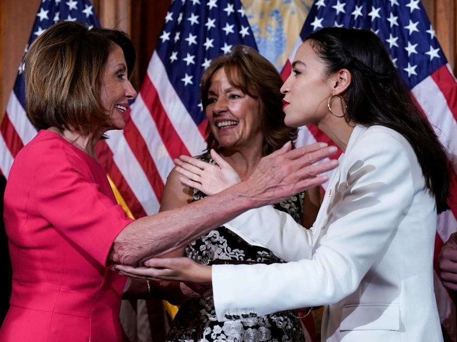 Alexandria Ocasio-Cortez con Nancy Pelosi. (REUTERS/Joshua Roberts)