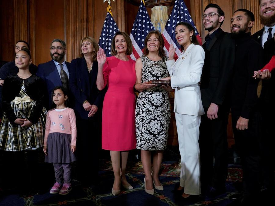 Alexandria Ocasio-Cortez e Nancy Pelosi. (REUTERS/Joshua Roberts)