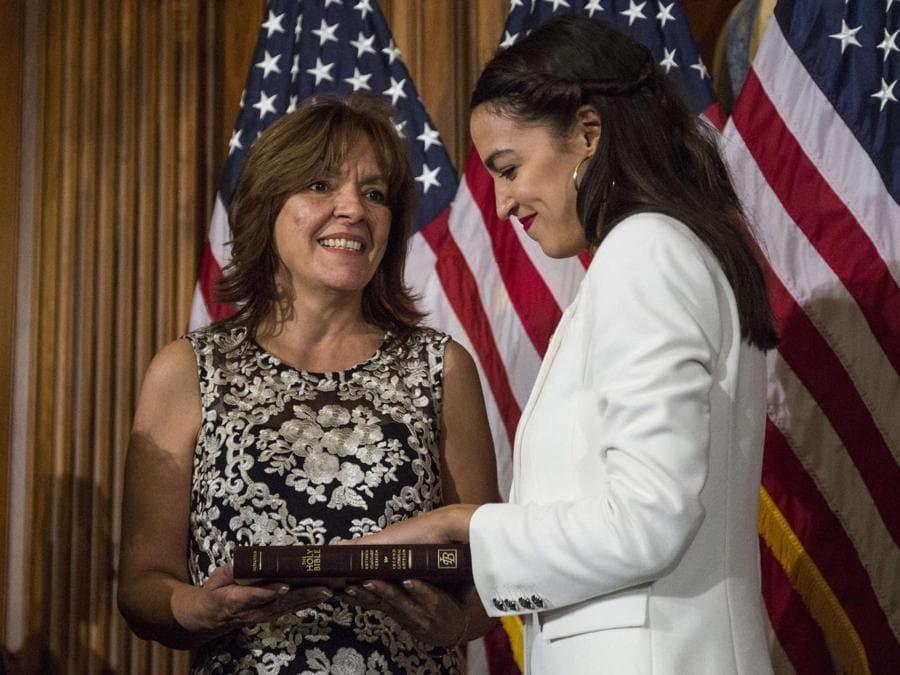 Alexandria Ocasio-Cortez con la madre Blanca Ocasio-Cortez. (Zach Gibson/Getty Images/AFP)