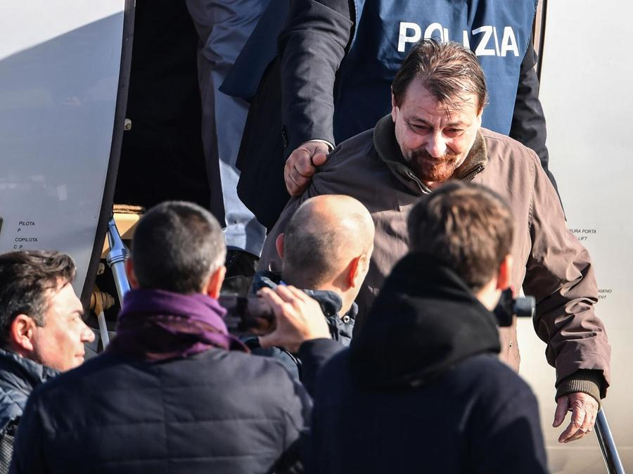 Cesare Battisti  scortato dalla Polizia . (Photo by Alberto PIZZOLI / AFP)