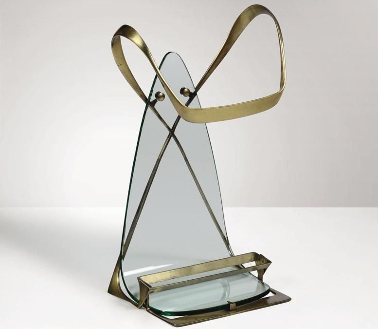 """Cambi Un raro """"portaombrelli"""" degli anni '50 di Max Ingrand per Fontana Arte, con struttura in ottone e in cristallo di grosso spessore sagomato curvato e molato, venduto per 9.500 euro contro una stima di 4-5mila"""