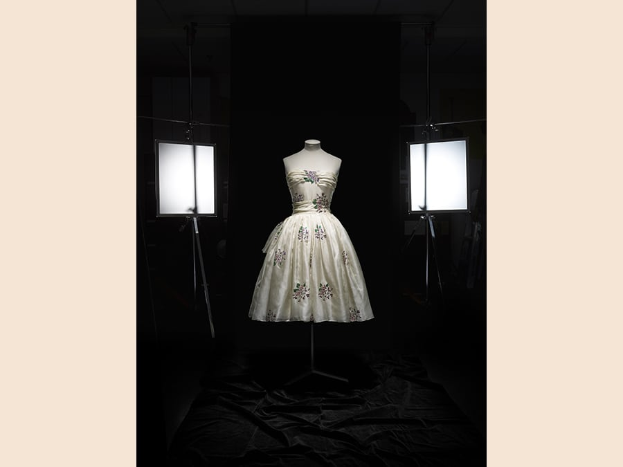 Avril, Haute Couture, PE 1955. Dono di Philippe Hecht, Photo © Laziz Hamani. Object courtesy of the Royal Ontario Museum. Dior Héritage collection, Paris
