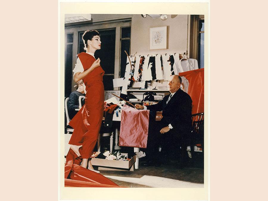 Christian Dior con la modella Lucky, circa 1955. Courtesy of Christian Dior