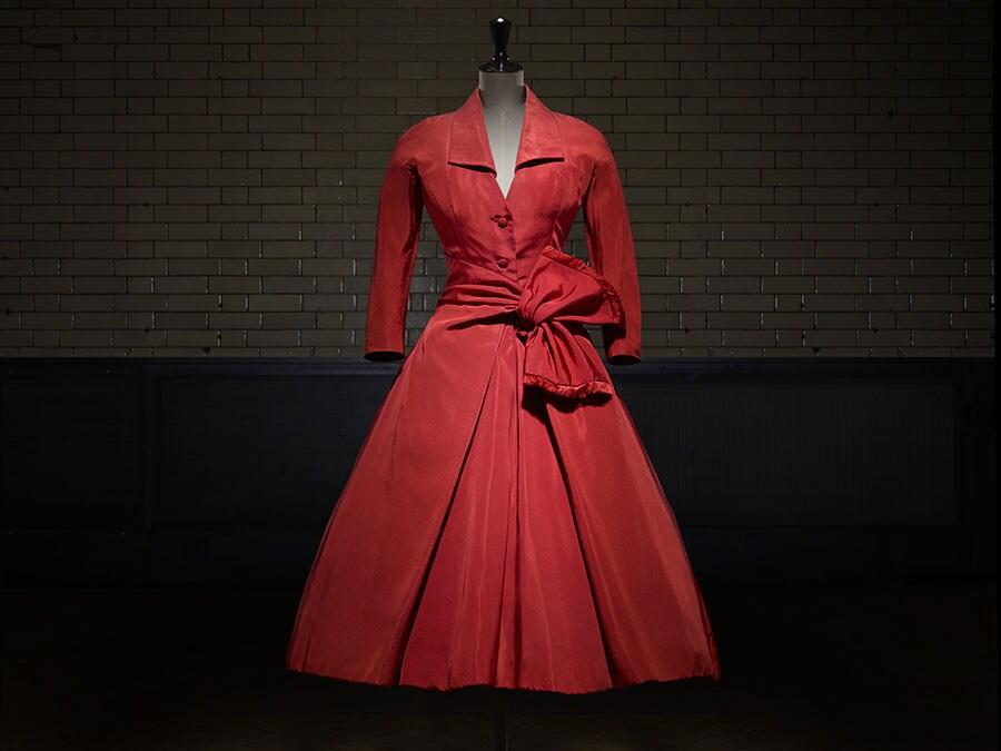 Écarlate, abito da pomeriggio, Haute Couture AI 1955. Photo © Laziz Hamani. Victoria and Albert Museum, London