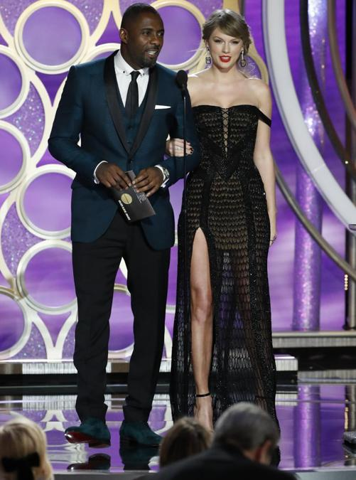Taylor Swift, in Atelier Versace, e Idris Elba (Photo by Paul Drinkwater/NBCUniversal via Getty Images)