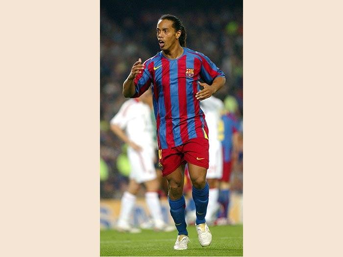 CALCIO. EL GAUCHO RONALDINHO. A 37 anni Ronaldo de Assis Moreira, detto Ronaldinho lascia il calcio giocato. Ad annunciarne il ritiro è stato il fratello manager Roberto Assis de Moreira al quotidiano brasiliano «O Globo». Cresciuto calcisticamente nel Gremio, Ronaldinho con la nazionale brasiliana è stato campione del Sudamerica nel 1999 e campione del mondo nel 2002. In Europa ha vestito la maglie del Paris Saint Germain (2001-2003), del Barcellona (2003-2008) con la quale ha vinto due campionati spagnoli, due Supercoppe di Spagna e una Champions League e del Milan (2008-2011), con la quale ha realizzato 26 reti in 95 presenze. Ritornato in patria, con la maglia dell'Atletico Mineiro ha vinto una Coppa Libertadores e una Recopa Sudamericana. A livello individuale ha vinto il Pallone d'oro nel 2005  e due del Fifa World Player of the Year nel 2004 e 2005. (Afp).