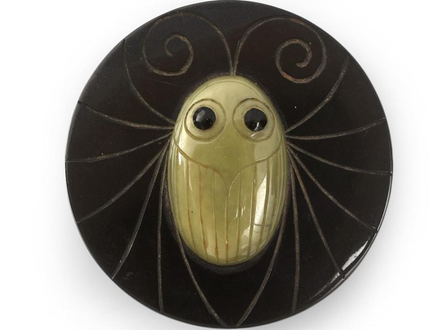 """Bottone di moda """"Insetto stilizzato"""" in galalite incisa di Henri Hamm con incrostazioni anni '20 diametro 6 cm stima 150-200 euro"""