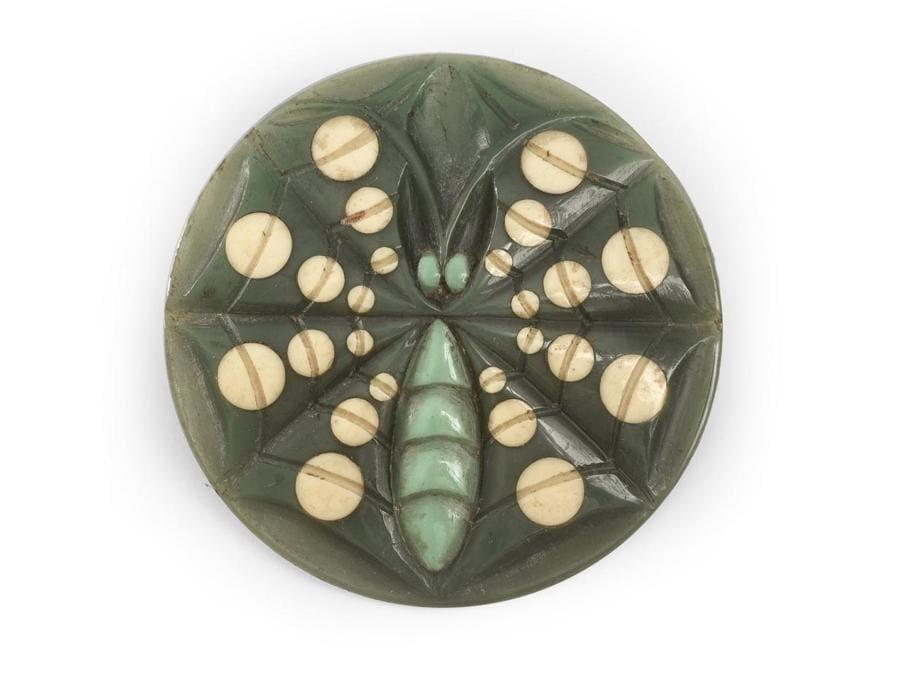 """Bottone di moda Art Nouveau """"insetto"""" in galalite incisa di Henri Hamm con incrostazioni anni '20 diametro 4,5 cm stima 200-300 euro"""