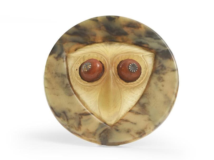 """Bottone di moda """"Hibou"""" in corno inciso e galalite di Henri Hamm anni '20 diametro 5,5 cm stima 200-300 euro"""