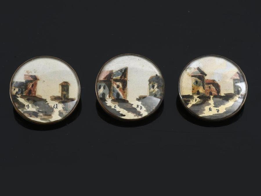 Tre bottoni, collage su carta e pittura sotto vetro, inizio XIX secolo, stima 250-300 euro
