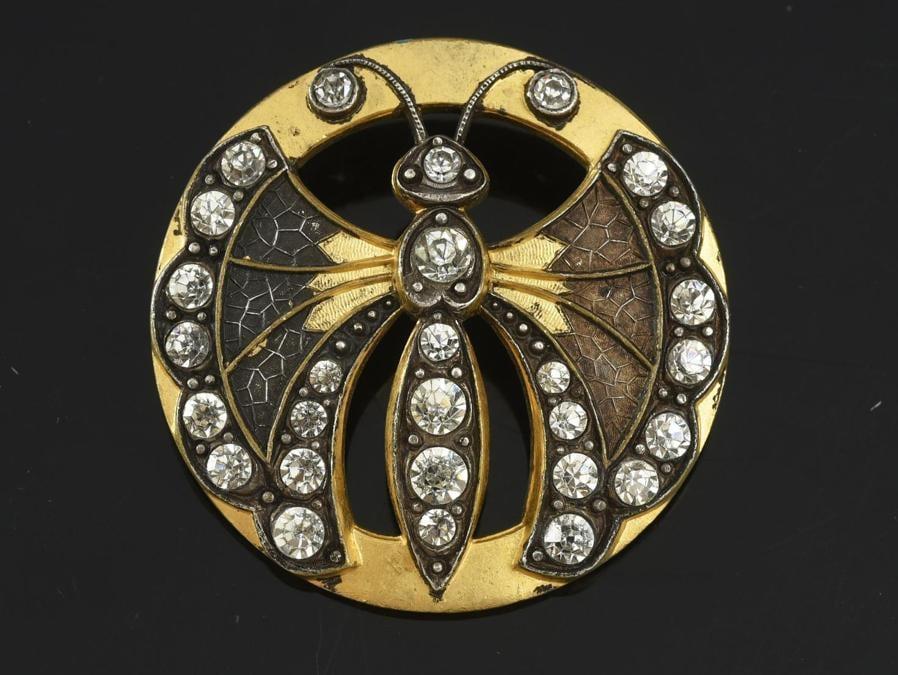 Bottone in metallo e diamantini finti a decoro di papillon fine XIX secolo stima 80-100 euro