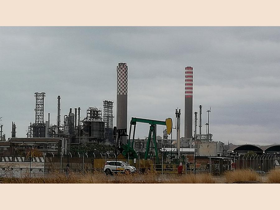 La raffineria di Gela e un pozzo di petrolio