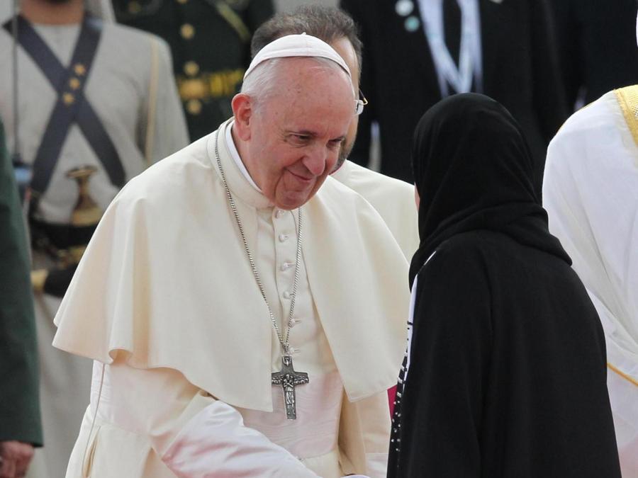 Papa Francesco  stringe la mano ad Amal Al Qubaisi (destra), Presidente del Consiglio Nazionale Federale degli Emirati Arabi Uniti. EPA/ALI HAIDER