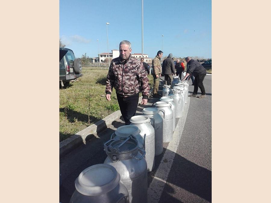 La protesta dei pastori sardi scesi in strada e davanti ai caseifici per protestare contro il prezzo del latte venduto agli industriali ad un prezzo ritenuto troppo basso. ANSA/ GIAN MARIO SIAS