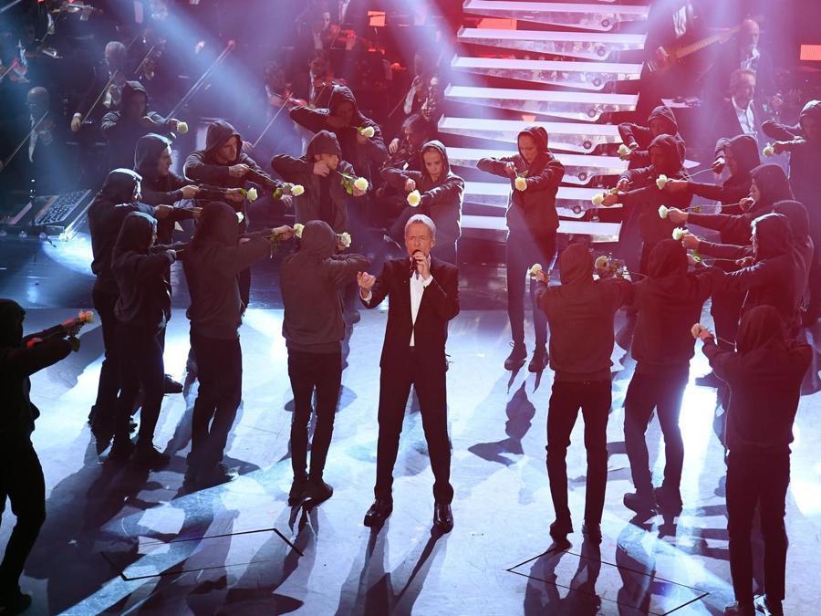 Claudio Baglioni con i ballerini