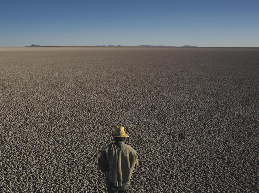 Il lago Poopo, secondo per estensione in Bolivia dopo il Titicaca, si è prosciugato nel 2015 per cause anche legate alle attività umane: riscaldamento globale e riduzione dei ghiacciai andini che lo alimentavano, siccità prolungate e derivazione di acqua degli immissari per agricoltura e imprese minerarie. Migliaia di persone che abitavano le rive, soprattutto pescatori, sono state costrette a migrare. Il lago si è in parte ricostituito nel 2018 grazie a piogge straordinarie (foto Mauricio Lima)